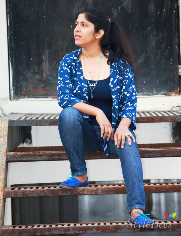 layered-necklace-with-printed-shirt-and-jeans