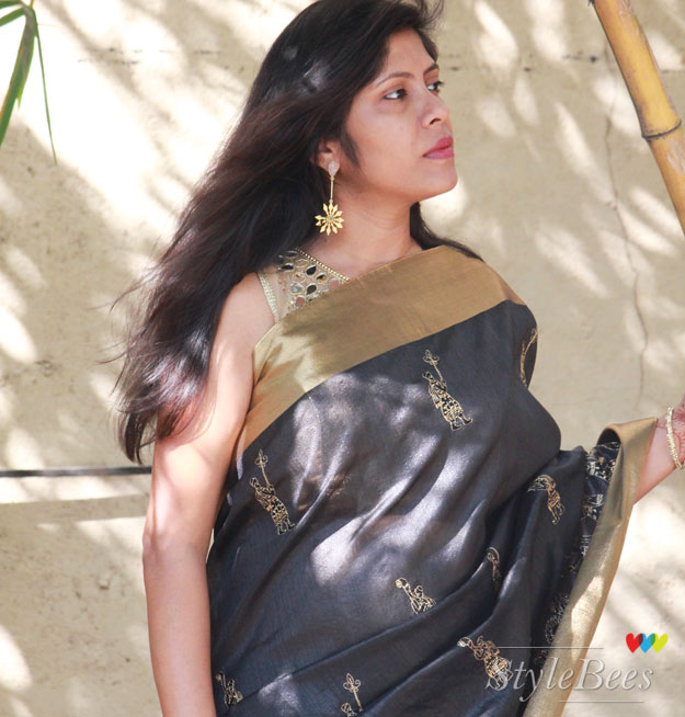 how-to-style-black-saree-with-golden-accessories
